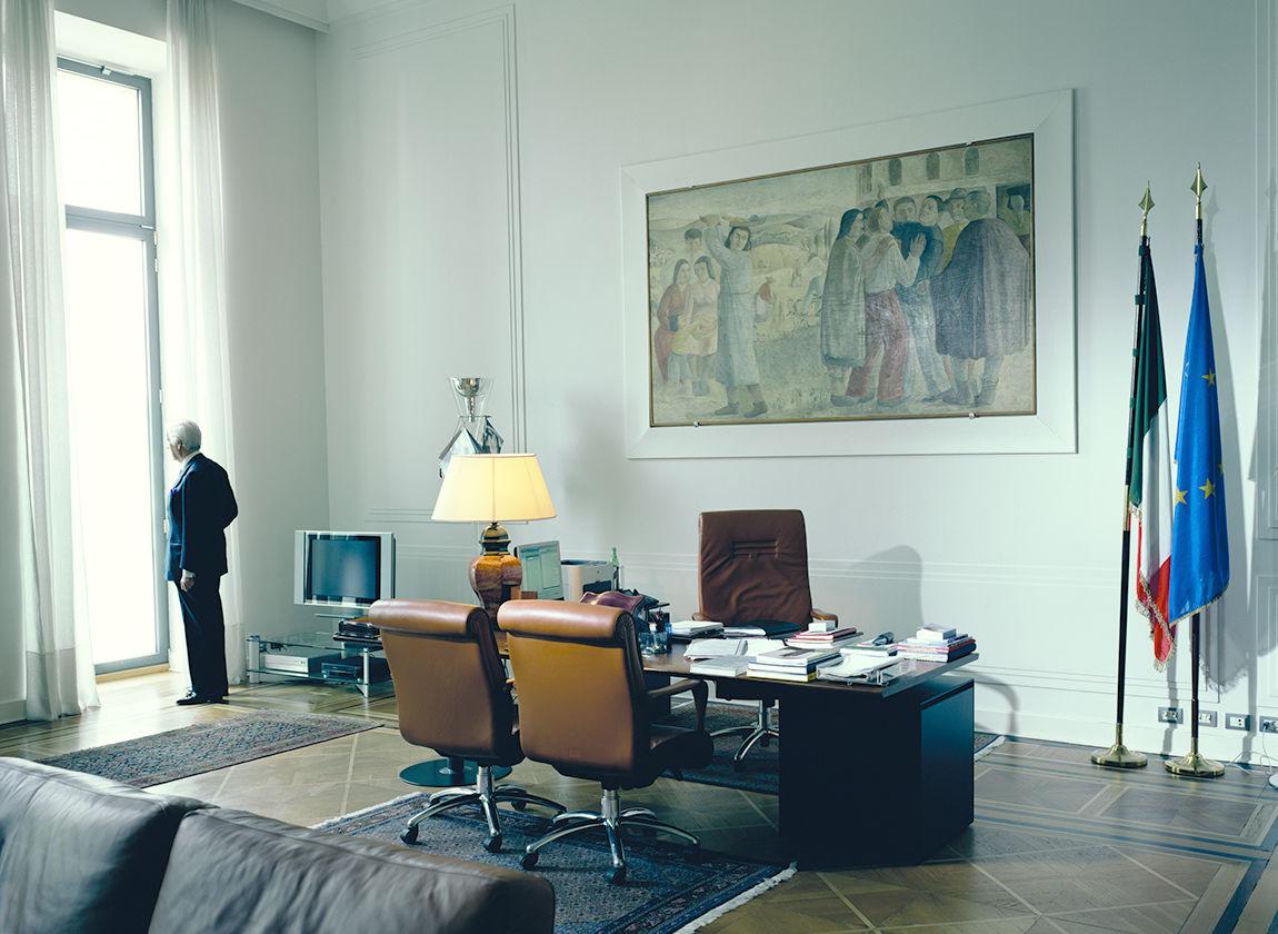 © Andreas Mühe, Antonio Puri Purini im Arbeitszimmer, 2009 (Ausschnitt)