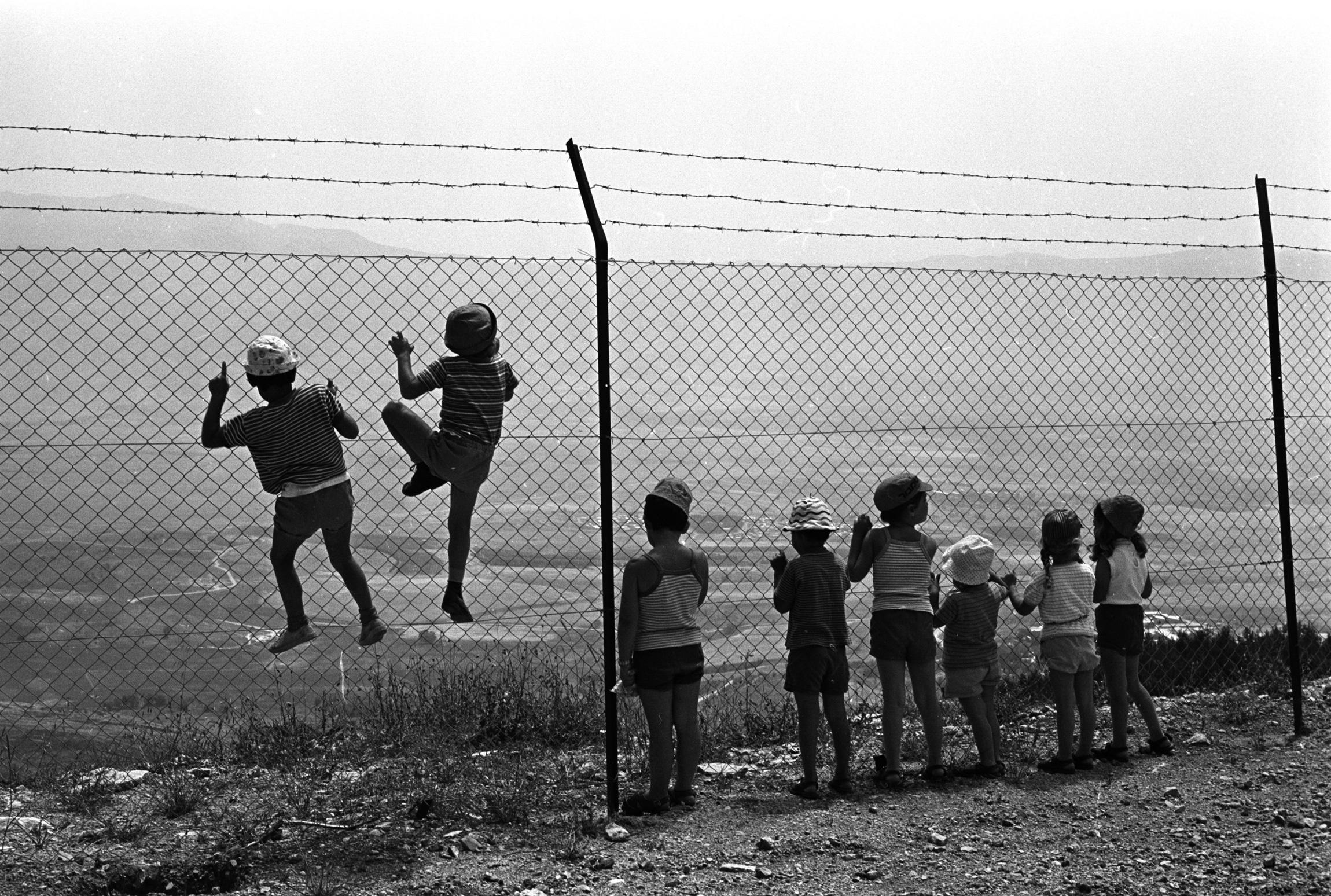 Der Grenzzaun zwischen Israel und dem Libanon. Manchmal ein Spielplatz für Kinder (1972), © Foto: David Rubinger