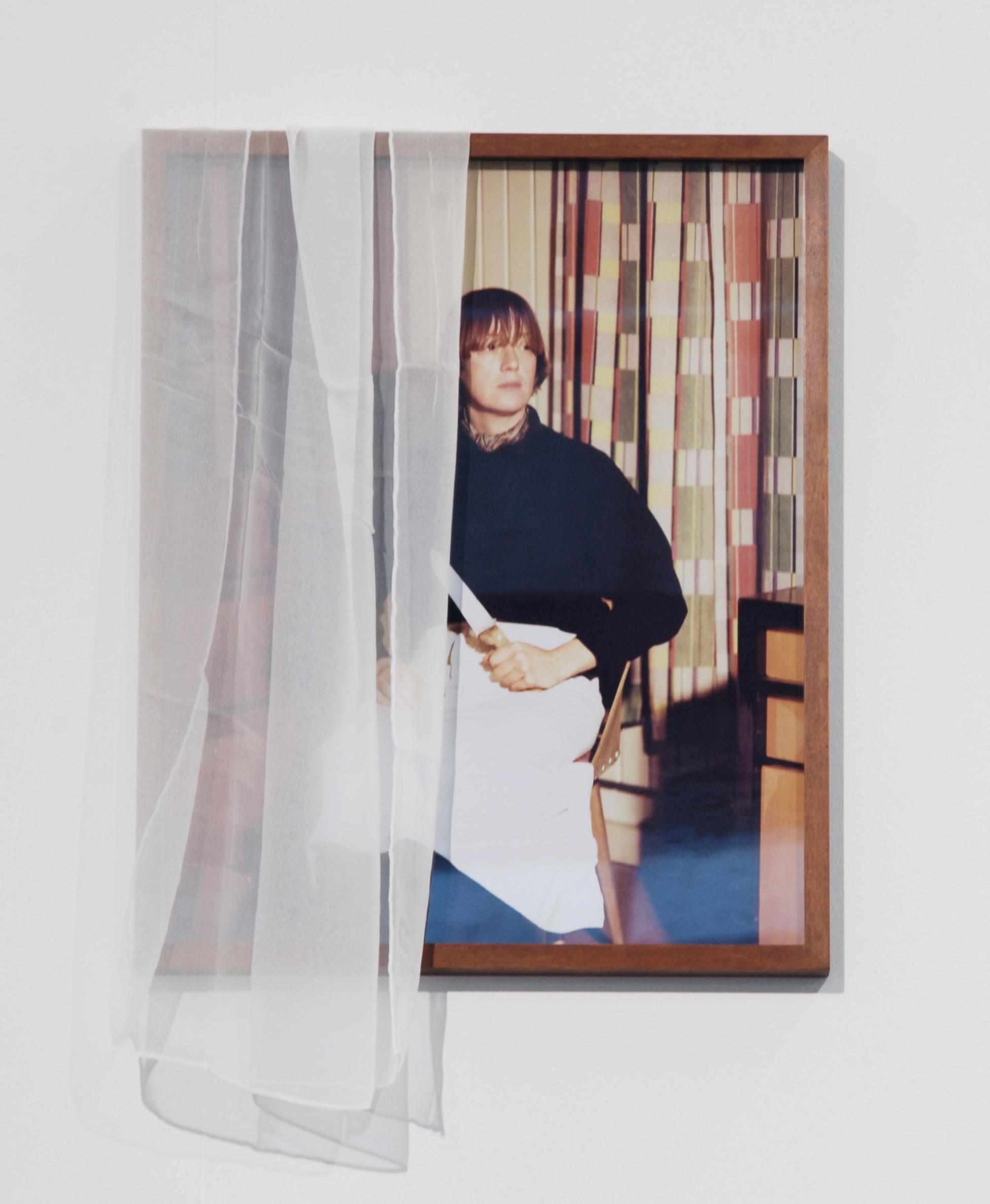 Simone Gilges Das Messer / The Knife, 2012 / 2016 Analoger C-Print, Rahmen, Seide 60 x 40 cm Courtesy die Künstlerin und KM, Berlin