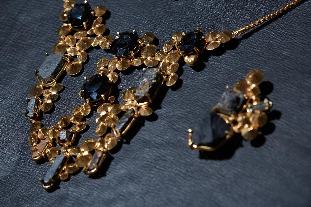 Erich Berger / Mari Keto – Inheritance  Erich Berger und Mari Keto, Inheritance, Halskette aus Gold, Thorianit, Thorit und Uraninit, Foto: Anders Bøggild