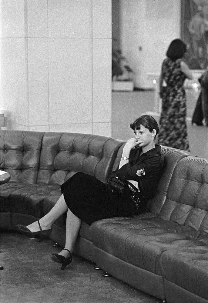 THOMAS SANDBERG AUS DER SERIE PALAST DER REPUBLIK, 1981 SERIE AUS 8 FOTOGRAFIEN, BARYT-VERGRÖßERUNG, VERSCHIEDENE MAßE © THOMAS SANDBERG